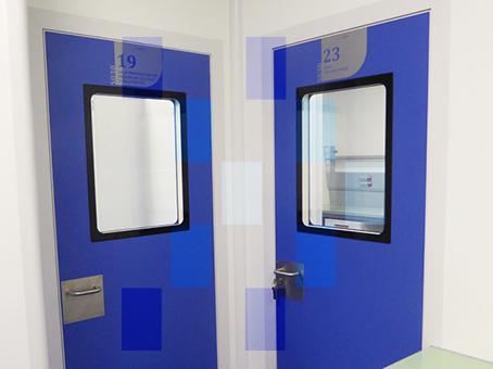 Porte avec viseurs pour salles blanches
