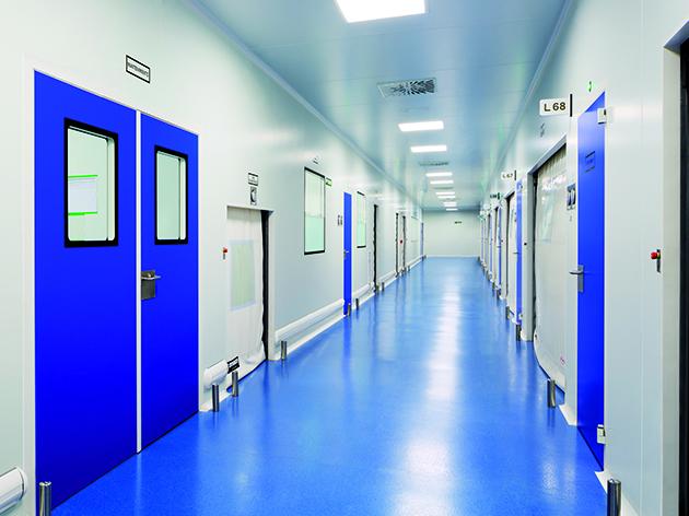 Pasillo de laboratorio de investigación con puertas y paneles Clean Concept